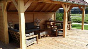 houten overkapping met tuinzetels